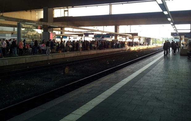 Am Düsseldorfer Hbf nach dem Japan-Tag 2014