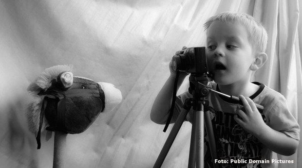 Boy with Camera; Foto: Public Domain Pictures / Pixabay