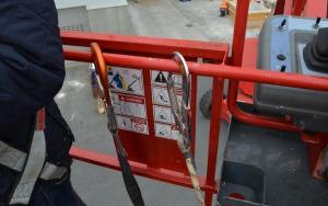 Safety first und so. Mega-Karabiner, damit wir nicht von der Teleskopbühne fallen. ^^