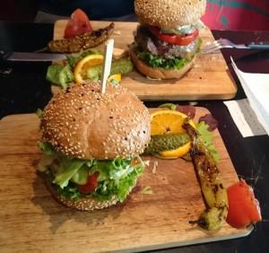"""Tadhaaa, mein """"Champion""""-Burger mit Guacamole und Salsa :)"""