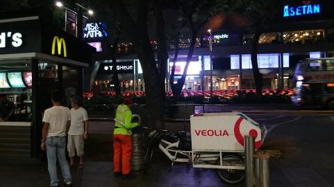 Very Singapore: Der nette Herr in Leuchtfarben steht neben einem Mini-McDonalds und putzt den Mülleimer. Den Mülleimer! :D Hab ich noch nie live gesehn sowas ... ^^'