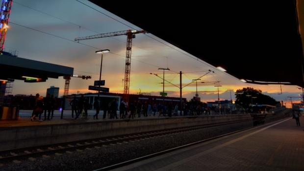 Der Bahnhof Köln Messe/Deutz bei Sonnenaufgang